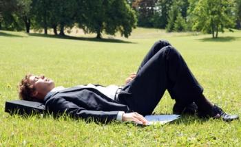 Mann entspannt auf Wiese